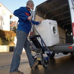 CargoMaster-A142 subiendo lavadora a la furgoneta